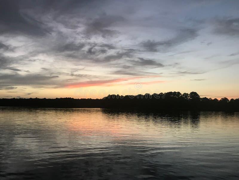Puesta del sol en el río Alabama de las aves fotografía de archivo libre de regalías