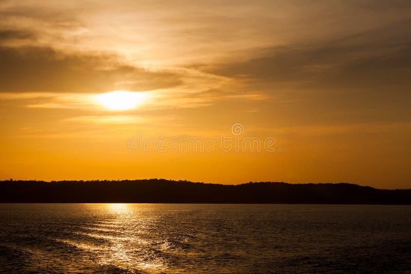 Puesta del sol en el río Amazonas fotos de archivo