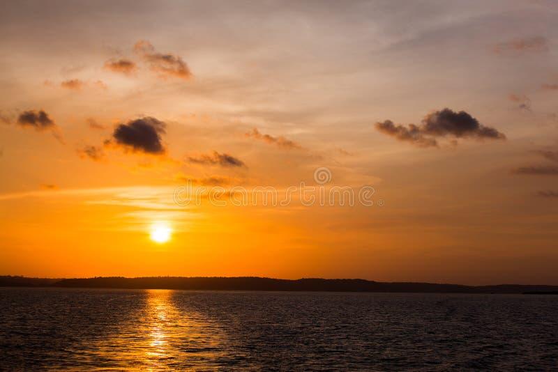 Puesta del sol en el río Amazonas foto de archivo libre de regalías