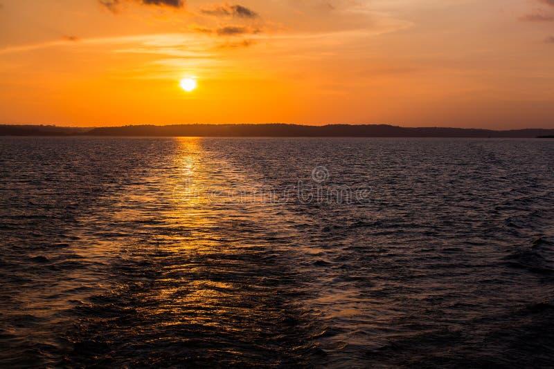 Puesta del sol en el río Amazonas fotografía de archivo