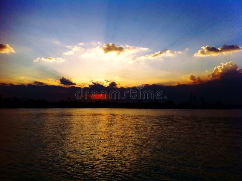 Puesta del sol en el río Chao Phraya foto de archivo