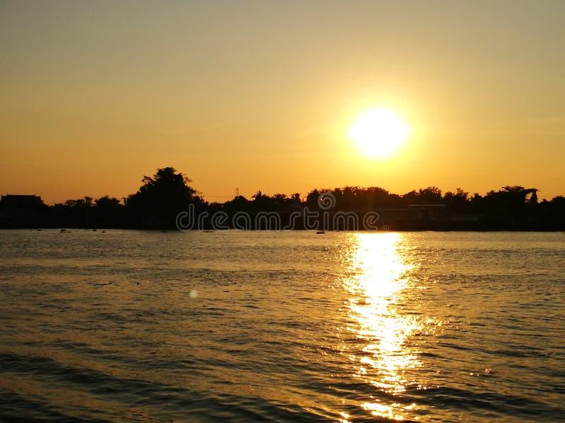 Puesta del sol en el río de Chaopaya fotografía de archivo libre de regalías