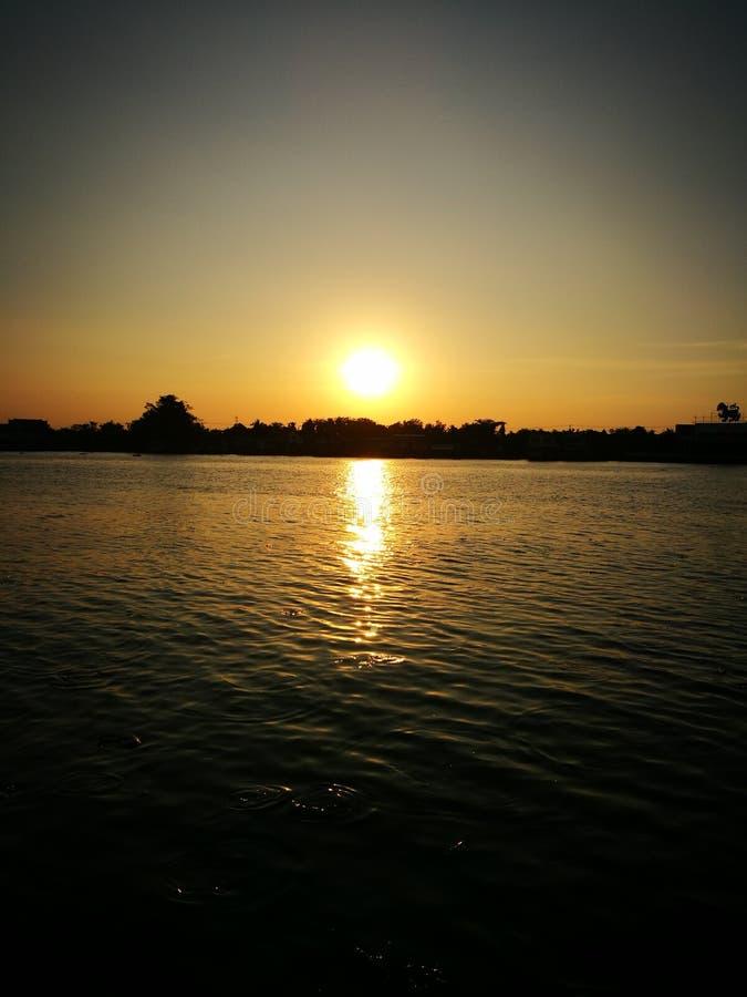 Puesta del sol en el río de Chaopaya imagen de archivo libre de regalías