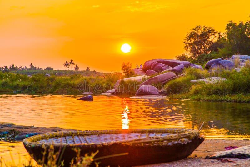 Puesta del sol en el río indio, Hampi, la India fotos de archivo libres de regalías