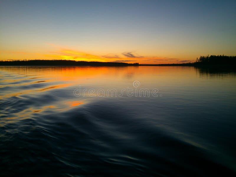 Puesta del sol en el río Lena fotografía de archivo