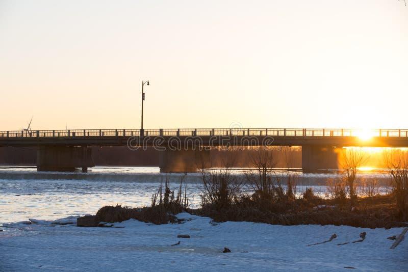 Puesta del sol en el río magnífico imagenes de archivo