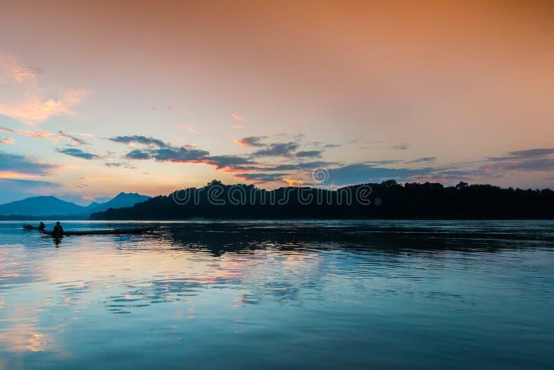 Puesta del sol en el río Mekong, Laos fotografía de archivo