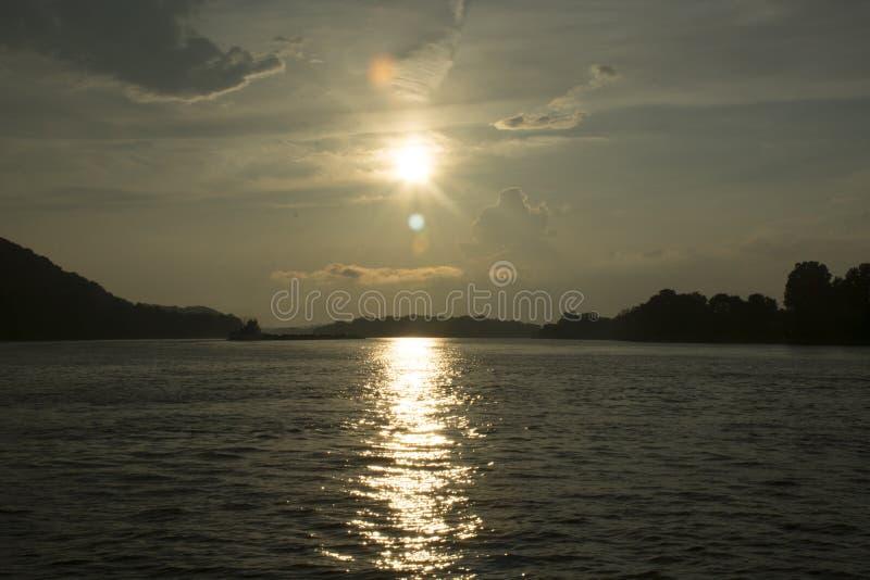 Puesta del sol en el río Ohio fotos de archivo libres de regalías
