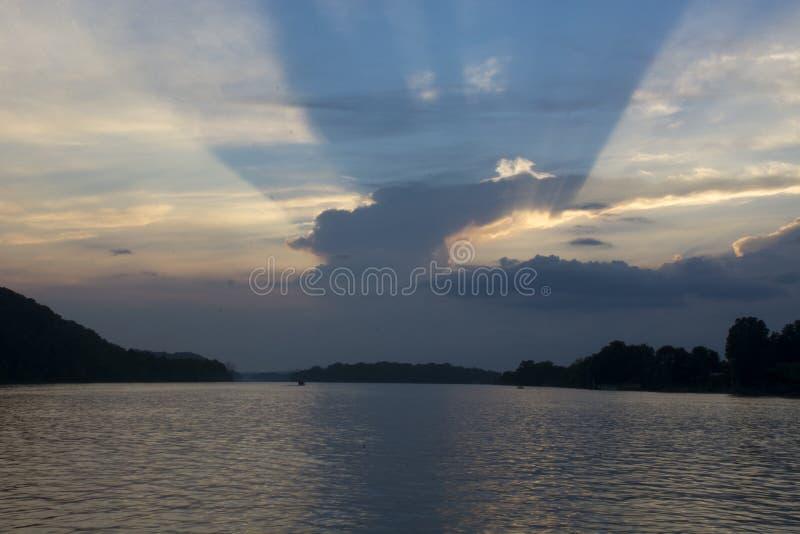 Puesta del sol en el río Ohio imagen de archivo
