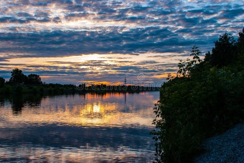 Puesta del sol en el río por la tarde del verano imagenes de archivo