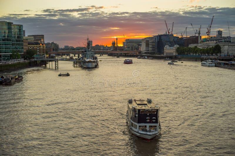 Puesta del sol en el río Támesis foto de archivo libre de regalías