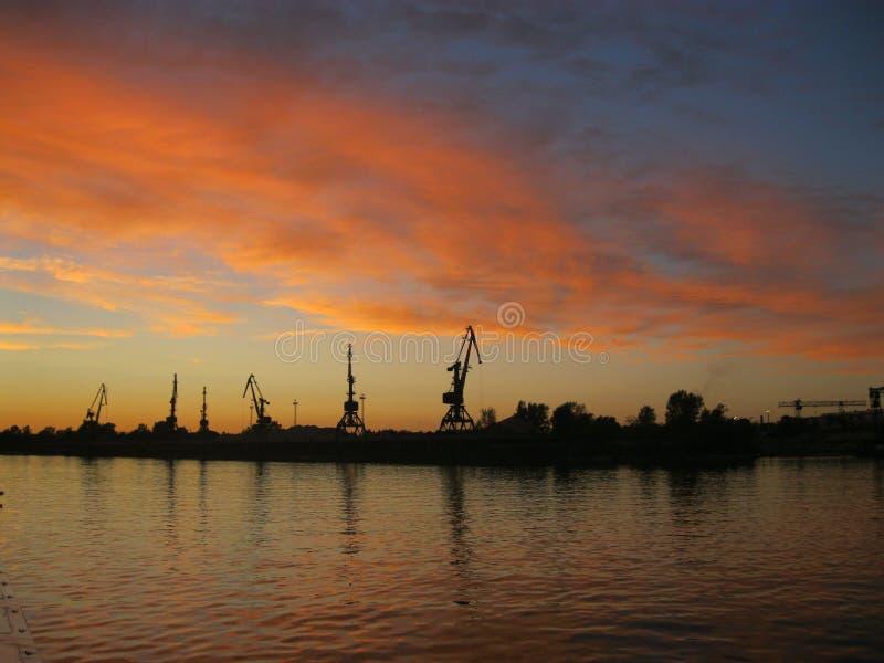 Puesta del sol en el río Volga, Rusia imagen de archivo