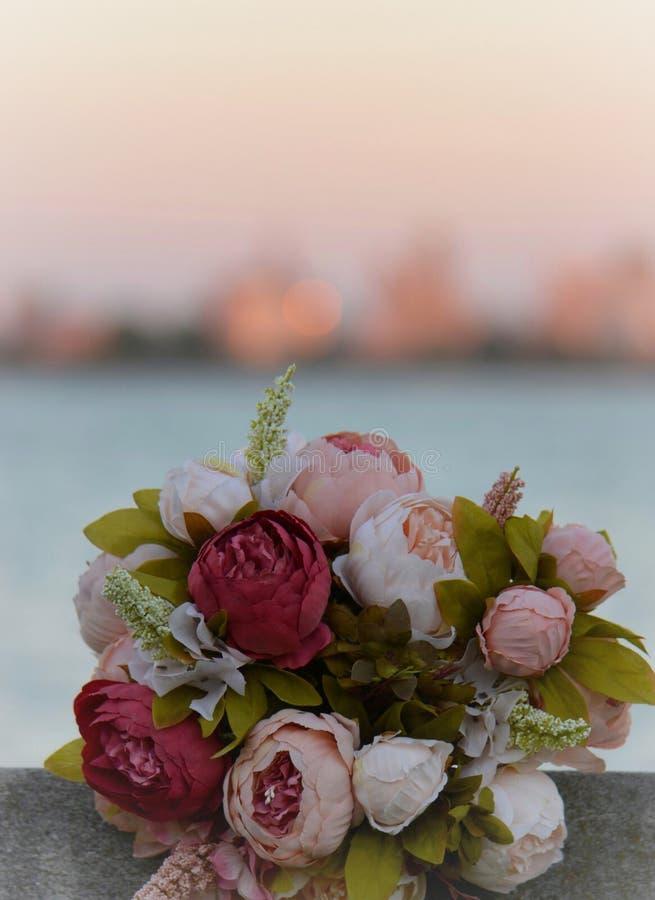 Puesta del sol en el ramo de la flor del lago foto de archivo
