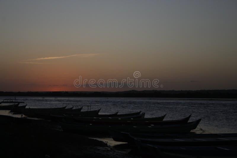 Puesta del sol en el sao Francisco River fotografía de archivo