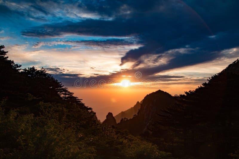 Puesta del sol en el soporte Huangshan China fotos de archivo