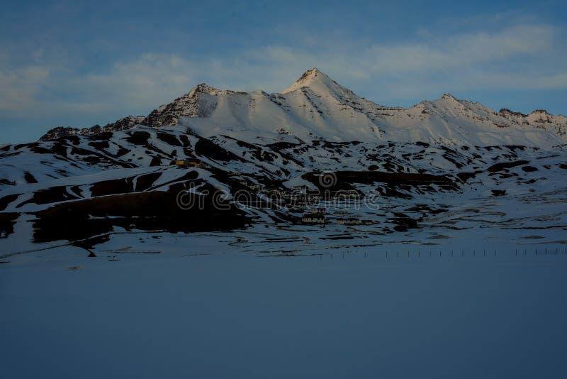 Puesta del sol en el spiti - paisaje en invierno en Himalaya imagen de archivo libre de regalías