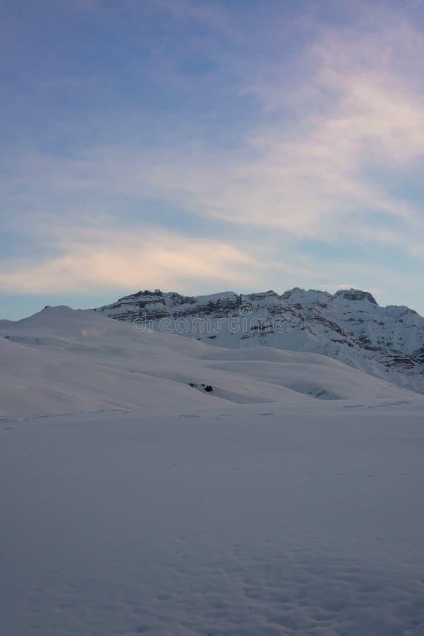 Puesta del sol en el spiti - paisaje en invierno en Himalaya foto de archivo libre de regalías
