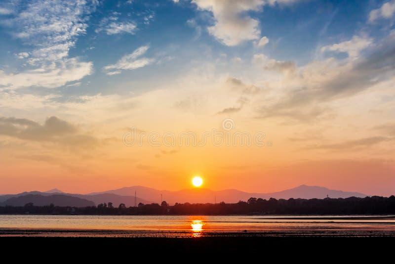 Puesta del sol en el tiempo del crepúsculo de la playa imagen de archivo