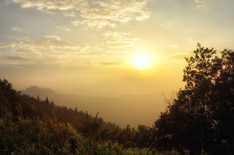 Puesta del sol en el valle imagen de archivo