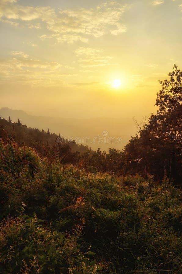 Puesta del sol en el valle imagenes de archivo