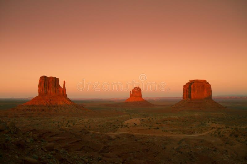 Puesta del sol en el valle del monumento fotos de archivo
