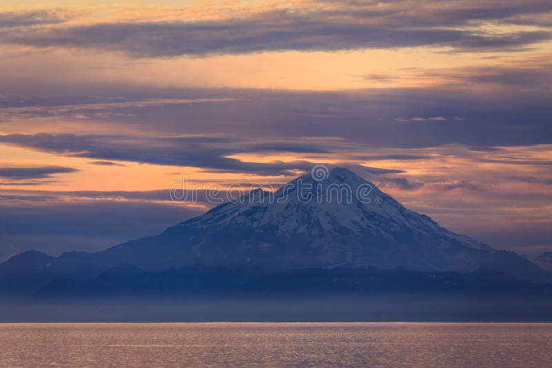 Puesta del sol en el volcán nevado en el cocinero Inlet, Alaska fotografía de archivo libre de regalías