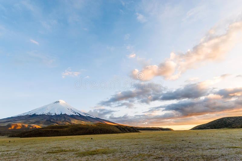 Puesta del sol en el volcán poderoso de Cotopaxi fotografía de archivo libre de regalías