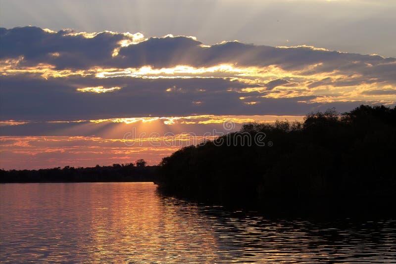 Puesta del sol en el zambezi fotos de archivo