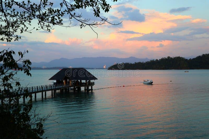 Puesta del sol en Gaya Island que pasa por alto el embarcadero y Kota Kinabalu Borneo - Gaya Island Sabah Malaysia Asia imagenes de archivo