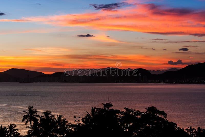 Puesta del sol en Guaruja foto de archivo