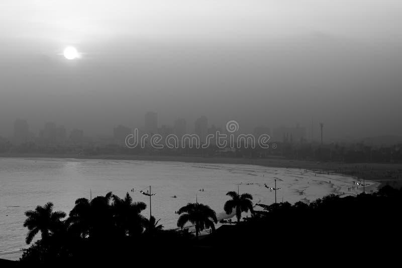Puesta del sol en Guaruja, el Brasil fotos de archivo
