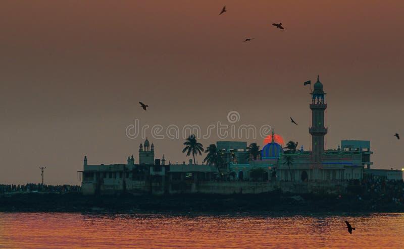 Puesta del sol en Haji Ali Mosque Mumbai foto de archivo libre de regalías