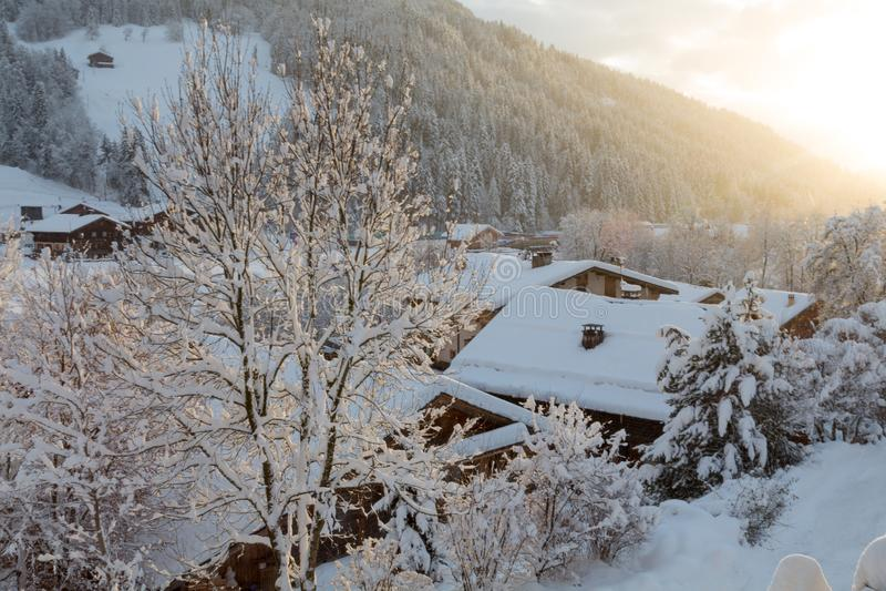 Puesta del sol en invierno en pequeño pueblo foto de archivo