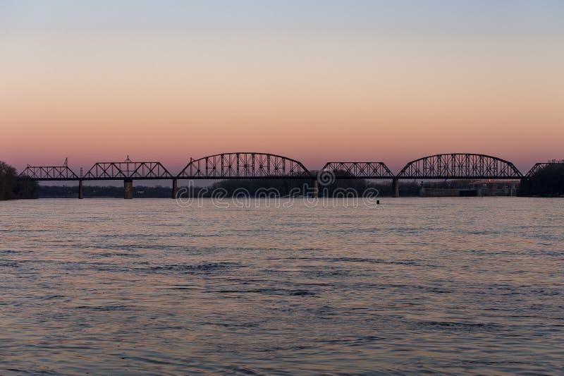 Puesta del sol en Kentucky y Indiana Terminal Railroad Bridge - el río Ohio, Louisville, Kentucky y Jeffersonville, Indiana imagen de archivo