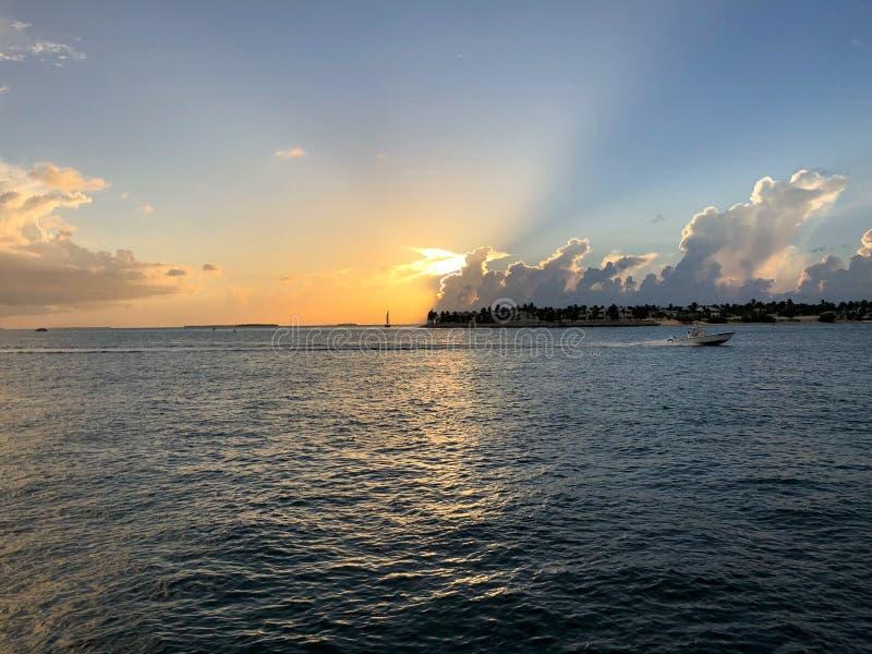 puesta del sol en Key West, la Florida en Mallory Square imagen de archivo libre de regalías