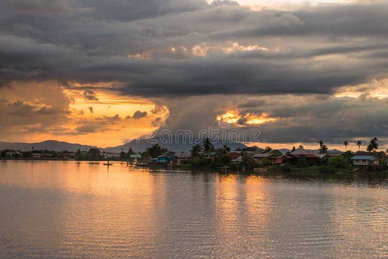 Puesta del sol en Kuching, Borneo imágenes de archivo libres de regalías
