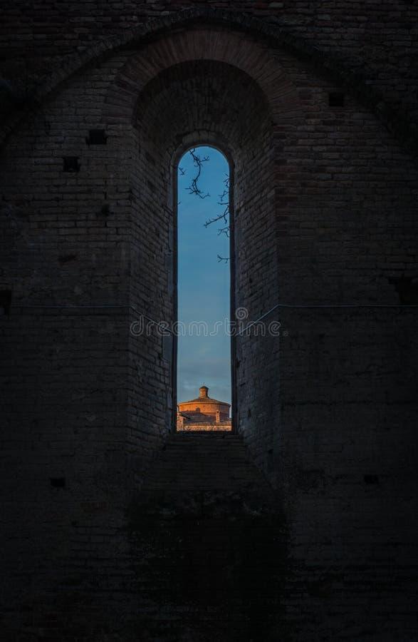 Puesta del sol en la abadía de San Galgano, Toscana foto de archivo libre de regalías