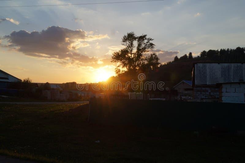Puesta del sol en la aldea imagen de archivo libre de regalías