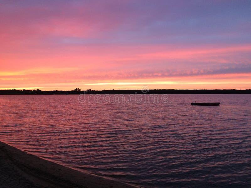 Puesta del sol en la bahía con el muelle foto de archivo