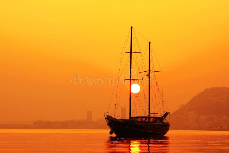 Puesta del sol en la bahía de Alicante fotos de archivo libres de regalías