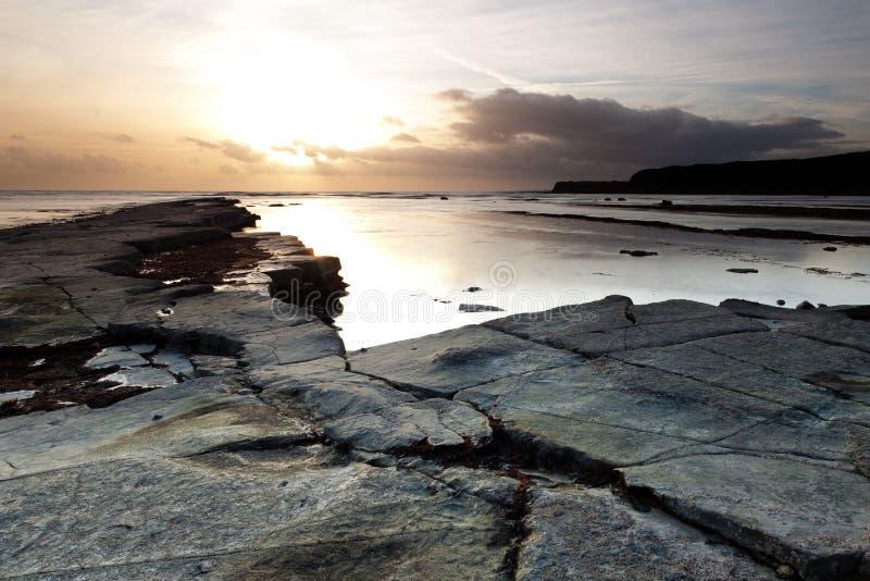 Puesta del sol en la bahía de Kimmeridge foto de archivo libre de regalías