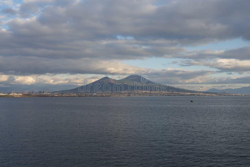 Puesta del sol en la bahía de Nápoles imagenes de archivo