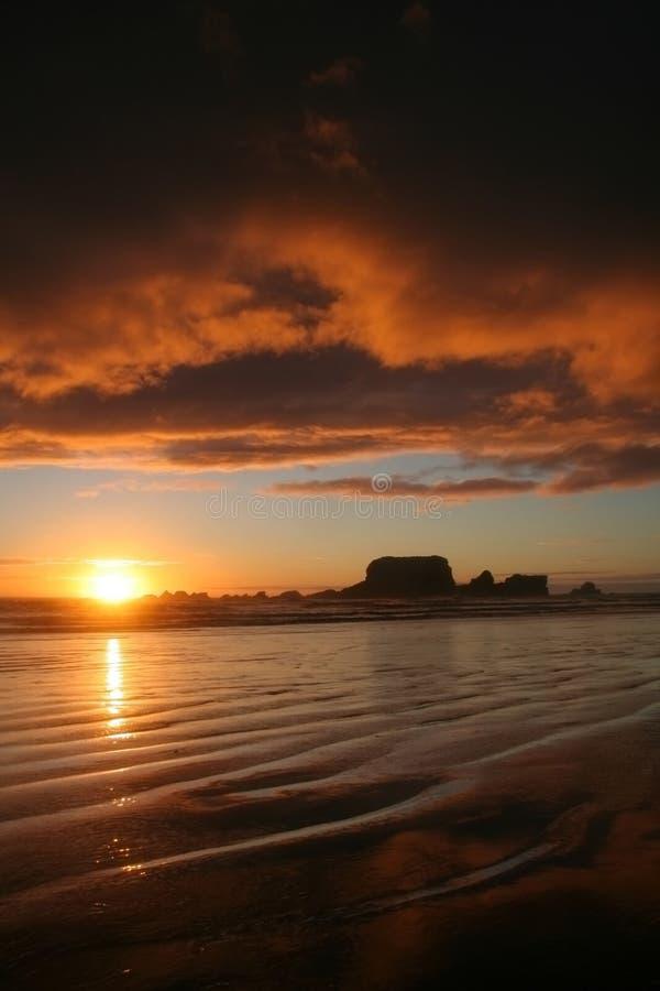 Puesta del sol en la bahía de Tauranga fotos de archivo libres de regalías