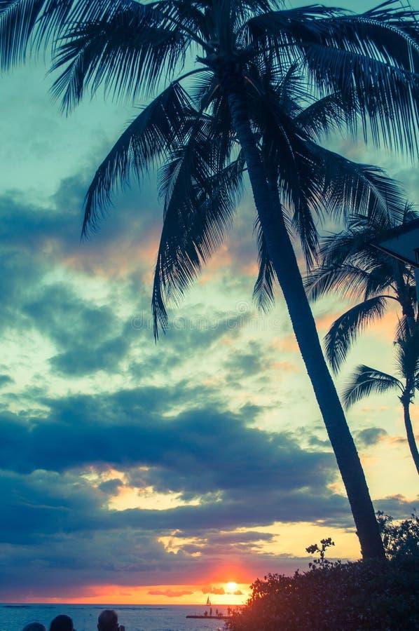 Puesta del sol en la bahía de Waikiki en Honolulu, Hawaii fotos de archivo