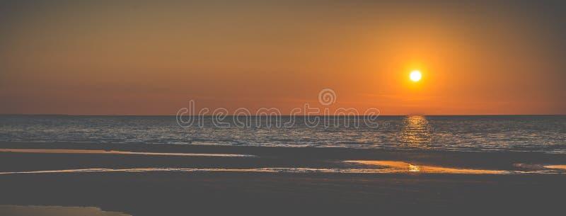 Puesta del sol en la bandera de la playa imágenes de archivo libres de regalías
