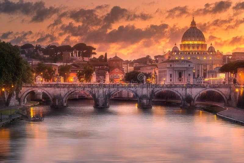 Puesta del sol en la basílica papal de San Pedro imágenes de archivo libres de regalías