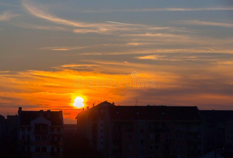 Puesta del sol en la ciudad imagenes de archivo