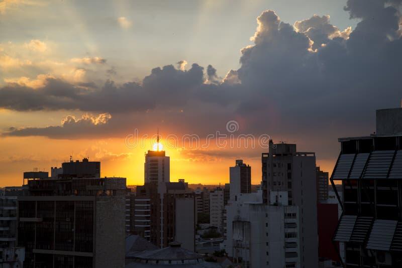 Puesta del sol en la ciudad imagen de archivo