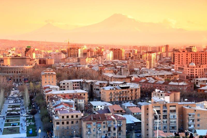 Puesta del sol en la ciudad de Ereván, visión con la montaña majestuosa de Ararat, Arme imagen de archivo