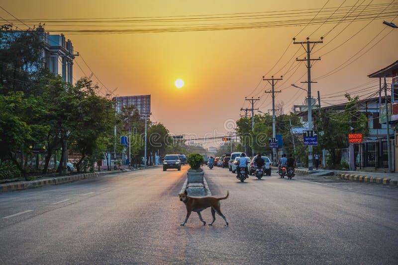 Puesta del sol en la ciudad de Mandalay myanmar imagenes de archivo